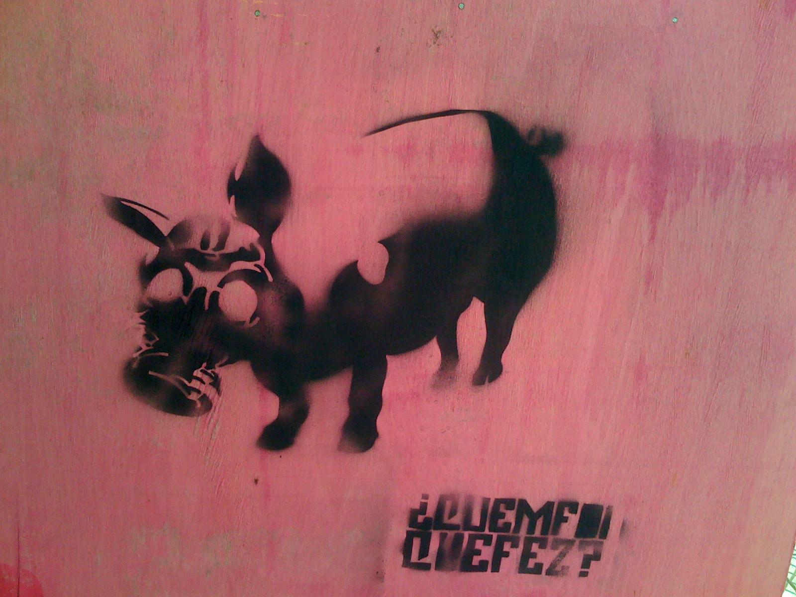 Grafite de um porco usando máscara anti-gás: ilustra a seção a respeito dos textos das linhas de ''Kou / Vir ao Encontro'', um dos 64 hexagramas do I Ching, o Livro das Mutações