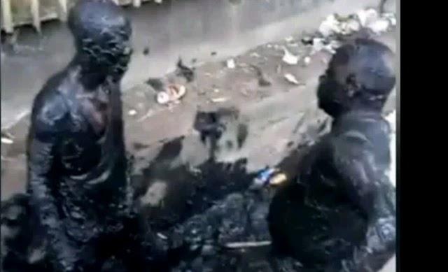 Two men fight inside a gutter after disagreement over N100 (Video)
