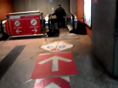 Acceso a escaleras mecánicas en la estación de Atocha-Cercanías de Madrid.