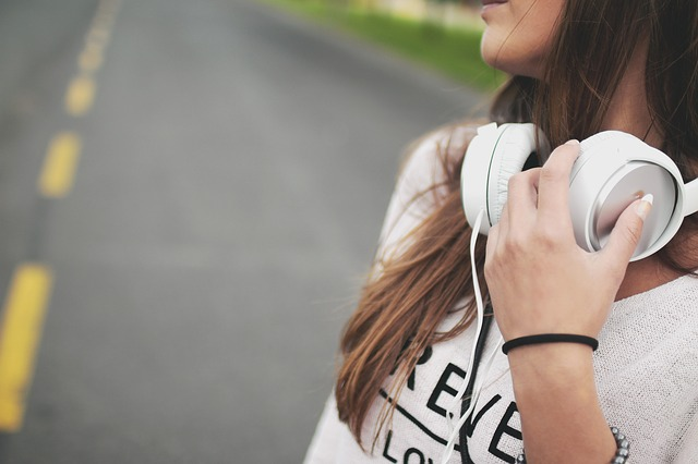 girls listening music street
