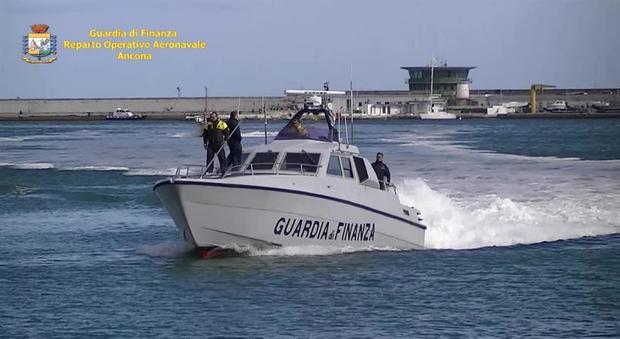 Leuca (LE). La Guardia di Finanza intercetta una barca a vela con migranti a bordo
