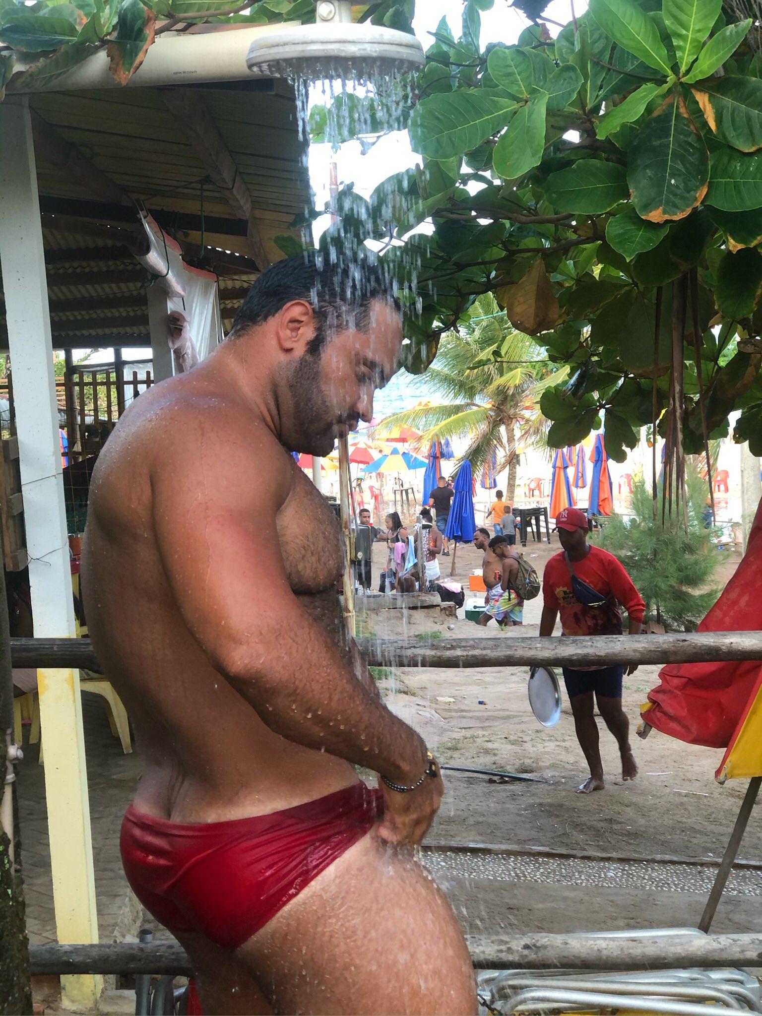 hombre bañandose en tanga