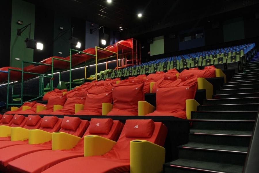 Columpios en la sala de cine junior