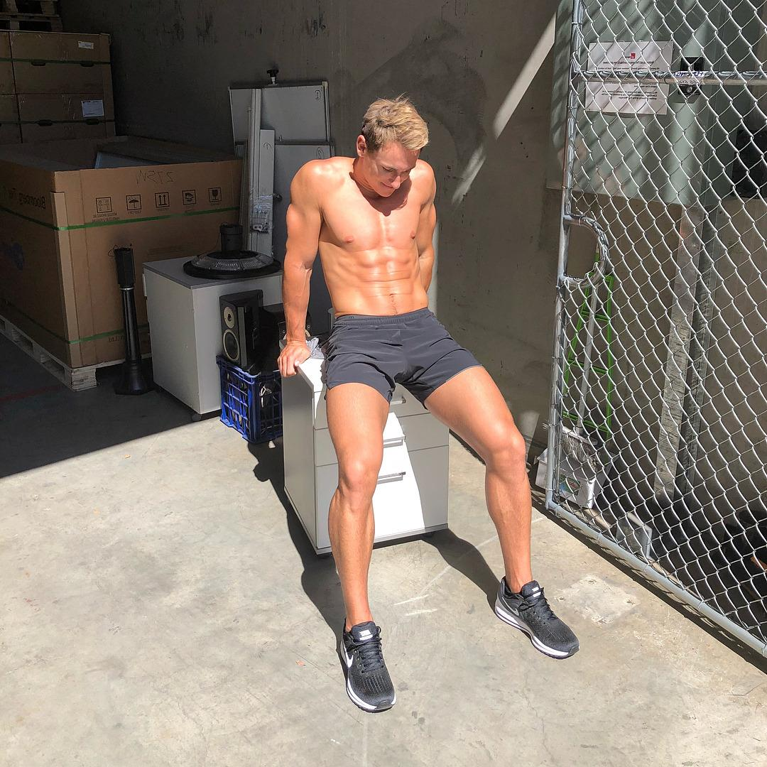 sexy-guy-sixpack-abs-sun-tanning-fit-shirtless-body
