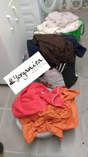Sacolas com roupa suja, selecionada por tipo e cor