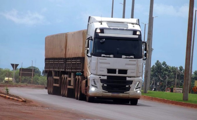 Novos caminhões Volvo FH, FM e FMX são flagrados no Brasil
