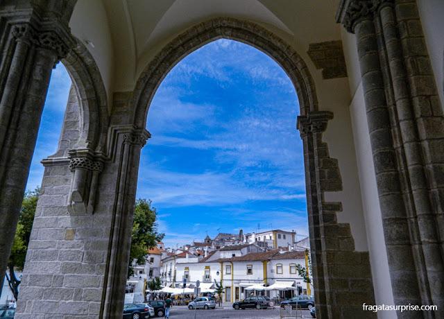 Adro da Igreja de São Francisco em Évora, Portugal