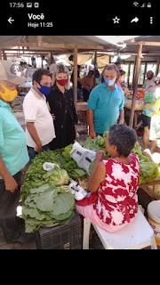 Em Sapé Zé Feliciano visita feira livre e escuta reclames de feirantes que lamentam tratamento dado pelo prefeito.