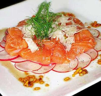 Саши́ми -  является блюдом  японской кухни. Готовится из филе разнообразных сортов рыб, морепродуктов , порезанного на небольшие кусочки.