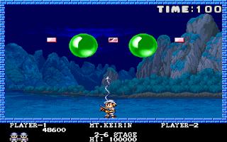 Captura del arcade Pang (1989), se muestra a nuestro protagonista disparando hacia arriba e intentando romper las enormes bolas verdes en otras más pequeñas y así sucesivamente...