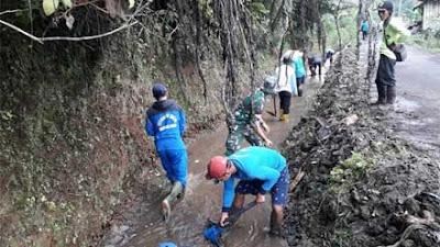 Anggota Koramil 10 Selomerto Laksanakan Karya Bhakti Keruk Saluran Irigasi