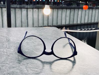 Brille mit großen Gläsern im Abendlicht