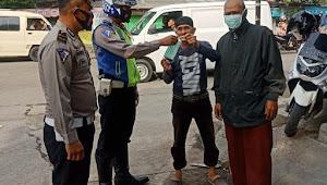 Unit Lantas Polsek Dayeuhkolot Polresta Bandung, Bagikan Masker Gratis Imbau 3M