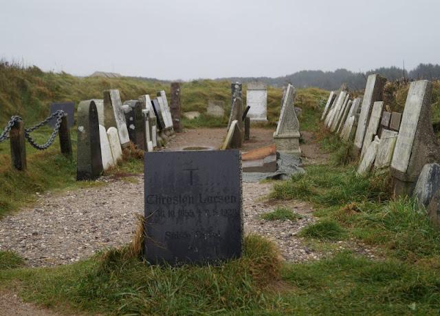 Wind, Wetter und eine eindrucksvolle Abwesenheit: Ein Ausflug zur Mårup Kirke bei Lönstrup. Der Friedhof rund um die Kirche droht ebenfalls die Steilküste hinab zu stürzen.