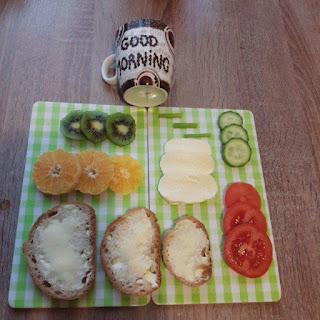 ser biały, pomidor, ogórek, szczypiorek, kanapki, mandarynka, kiwi