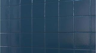 Una pared de azulejos azules recién pintada