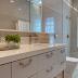 Banheiro neutro clássico e contemporâneo com armário com puxadores alças!
