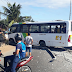 Ônibus colide com poste na Felizardo no sentido Norte
