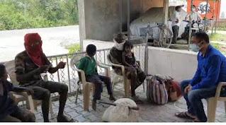 चंद्रपुर से पैदल आ रहे बैंगा परिवार को मंत्री श्री कावरे ने उपलब्ध कराई सहायता