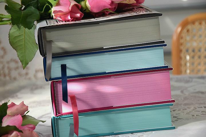Bunter Buchschnitt von Seasons Edition Büchern