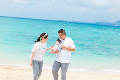 沖縄の海で赤ちゃんと一緒に家族写真