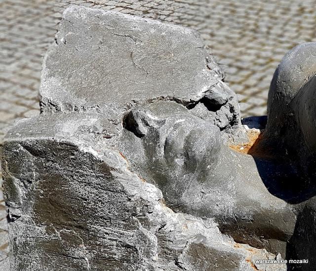 Warszawa Warsaw rzeźba Mały Dziedziniec Klaudia Szot ASP Pomiędzy sztuka kobieta