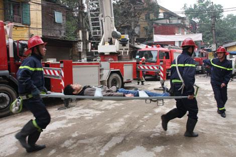 Cứu người bị nạn thoát ra khỏi đám cháy