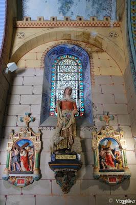 L'interno della chiesa di Rennes le Chateau e la via Crucis