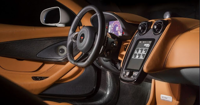 Enorme pantalla táctil para administrar el AC, GPS y audio.