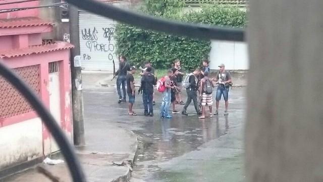 Marginais armados desfilam em frente a quartel da Marinha no Rio