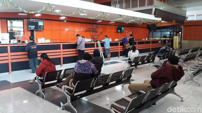 Dikabarkan Mau Bangkrut, Begini Suasana Kantor Pos Solo
