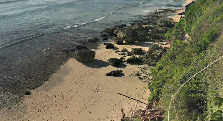 Pantai_bingin_screet_beach