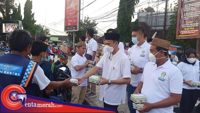 Peduli Sesama Saat Romadhan, BPC HIPMI Lampura Bagi Ratusan Takjil ke Masyarakat