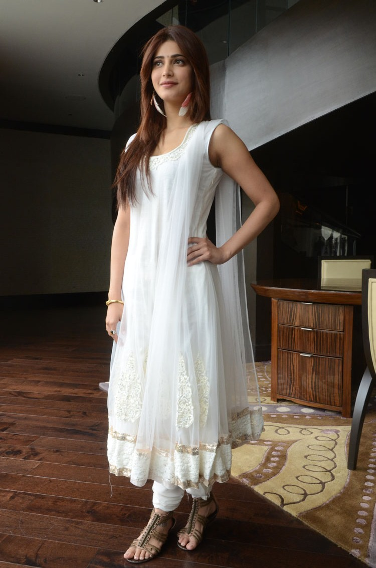 Shruthi hassan looking gorgeous in white sleeveless ethnic salwar suite