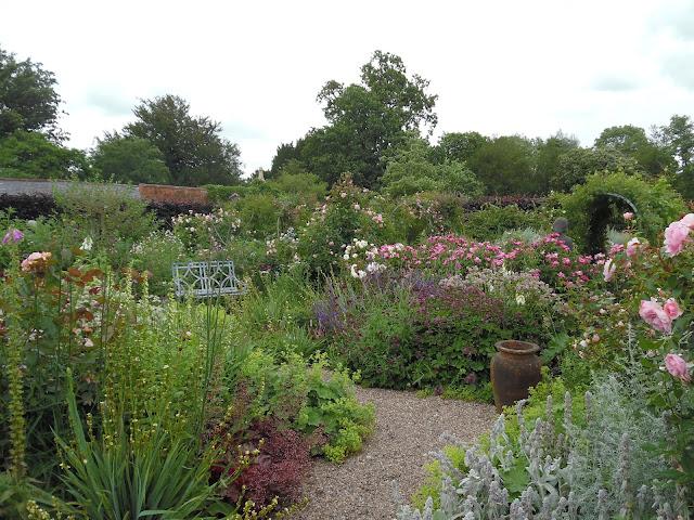 ogród różano-bylinowy