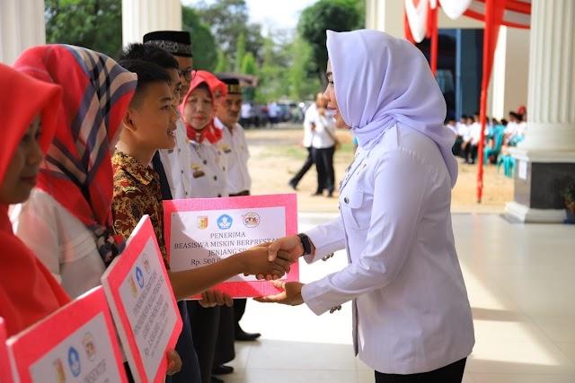 Bupati Winarti Beri Kado Khusus Untuk Guru di Acara Apel Besar Guru dan Guru Bersholawat