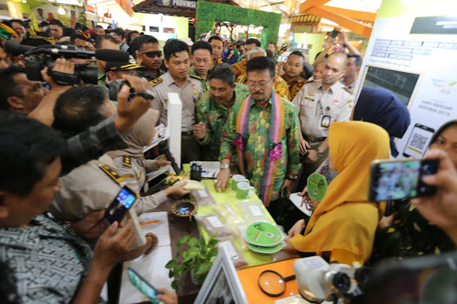 Menteri Pertanian Syahrul Yasin Limpo saat mengunjungi pameran produk pertanian, memperingati Hari Pangan Sedunia di Kendari, Sulawesi Tenggara.