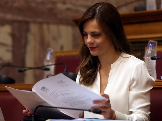 Η Έφη Αχτσιόγλου υπέγραψε την επέκταση ακόμη 4 συλλογικών συμβάσεων για 15.000 εργαζόμενους