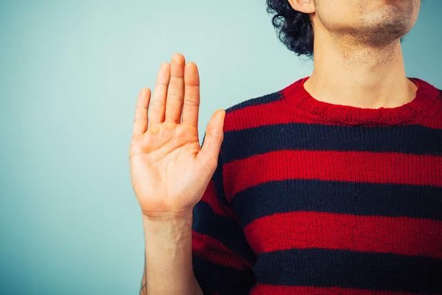 Hombre jurando mano levantada