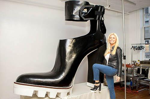 Sepatu wanita yang didesain dengan model unik dan cantik
