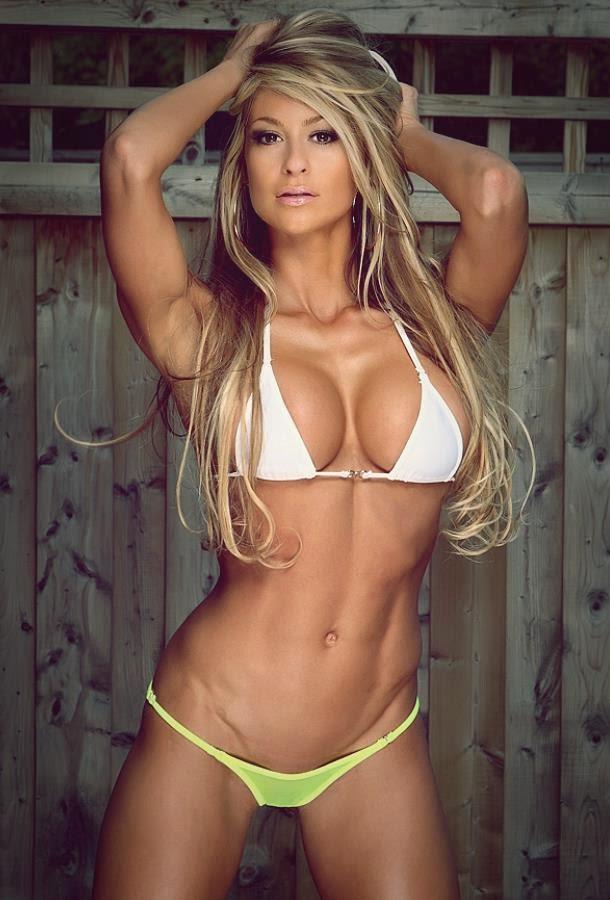 Chica modelo fitness posando en bikini