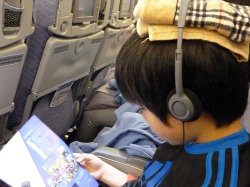 飛行機のヘッドセットは子供の頭に合いませんが この方法で解決します