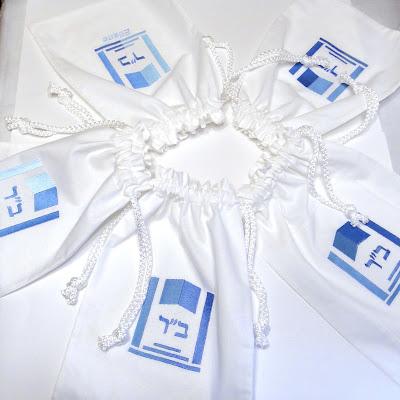 Пижамные сумки с вышитой монограммой. Логотип общий, имена разные. Ручная работа на заказ