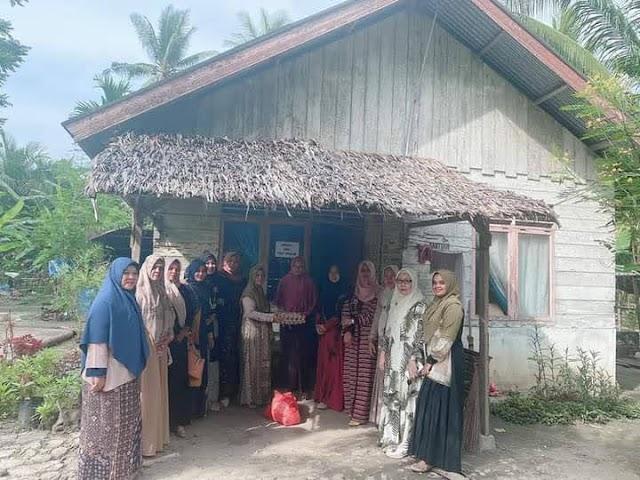 Berbagi Menjelang Ramadhan, Istri DPRK Aceh Utara Bagikan Paket Sembako ke Warga Kurang Mampu