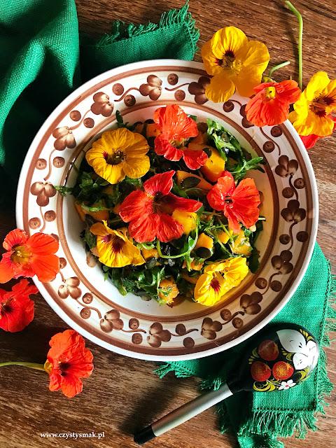 Keto sałatka z kwiatami nasturcji