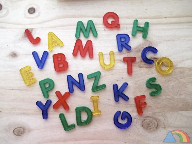 Letras mayúsculas translúcidas para la mesa de luz