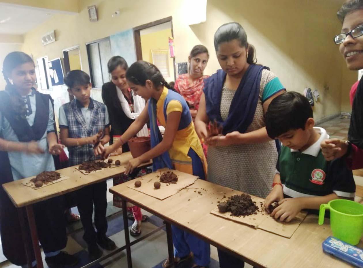 Jhabua News- चैतन्य पब्लिक स्कूल में विद्यार्थियों को संकल्प ग्रुप ने दिया मिट्टी से गणेशजी बनाने का प्रशिक्षण