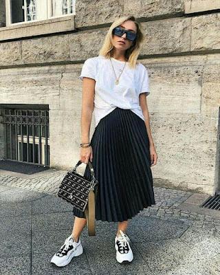 Outfit minimalista con falda plisada negra