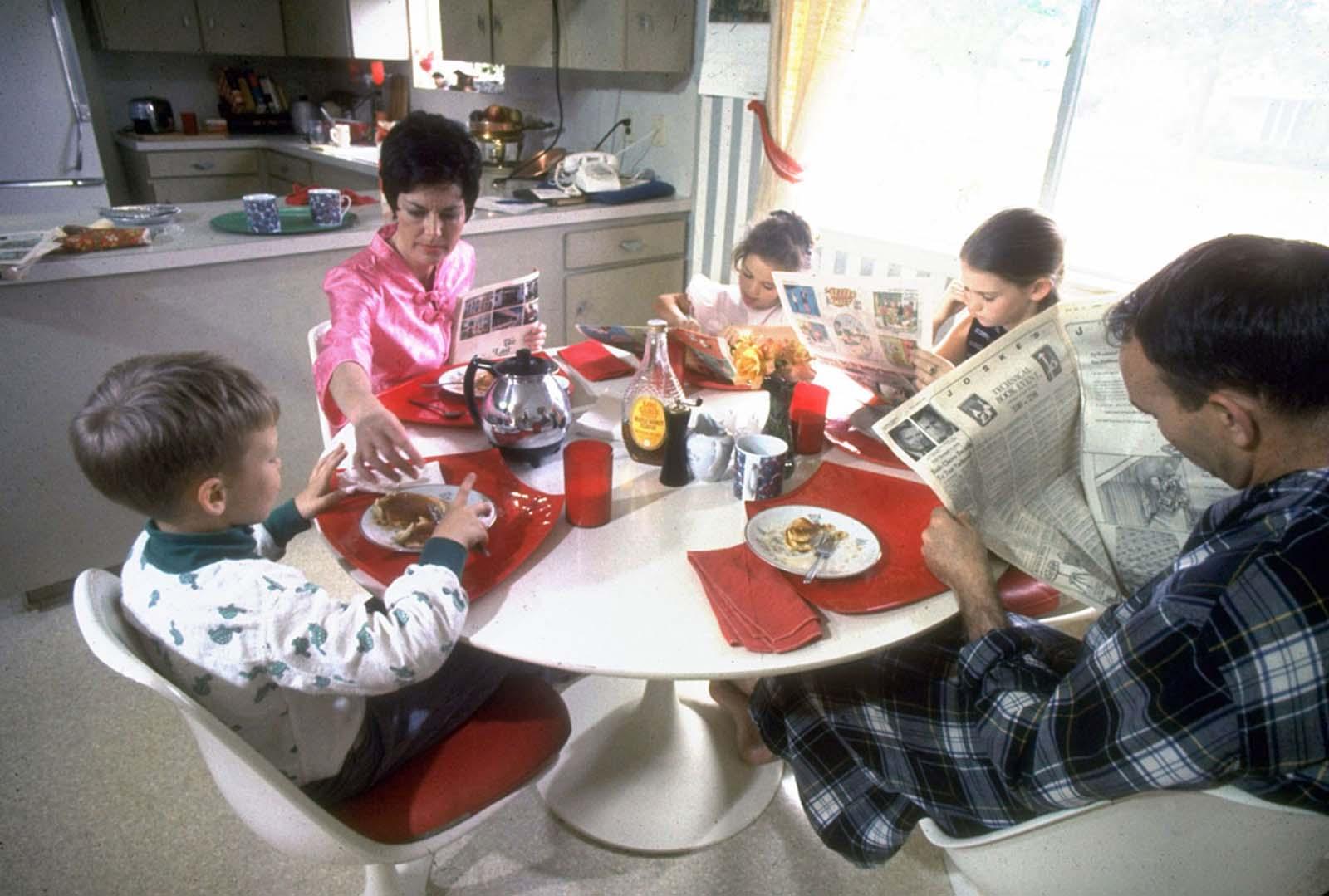 De uma revista da revista Life sobre os astronautas da Apollo em casa, uma foto de Michael e Pat Collins e seus filhos desfrutando de um café da manhã panqueca relaxante em março de 1969.