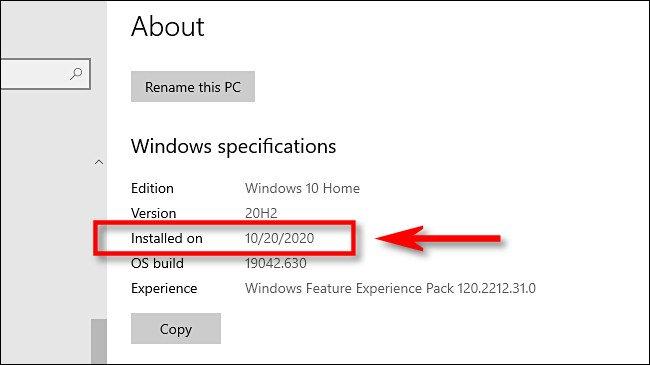 """في إعدادات Windows ، ستجد تاريخ تثبيت التحديث الرئيسي الأخير ضمن """"تاريخ التثبيت"""" في """"مواصفات Windows""""."""